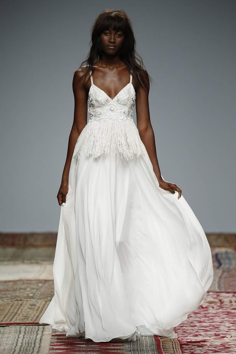 Flecos y falda ligera en este vestido de novia de Houghton