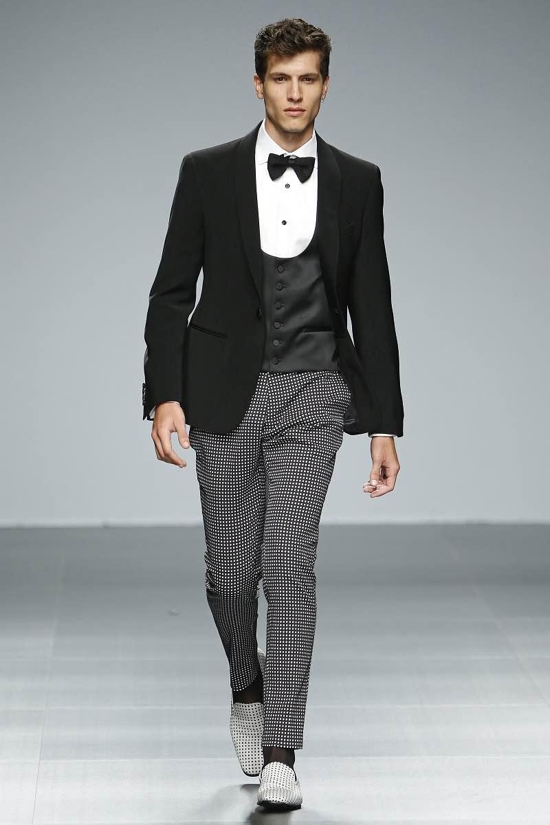 Fuentecapala y un traje de tres piezas con calzado muy informal para el novio