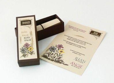 Invitacion de cajita con pergamino con flores.