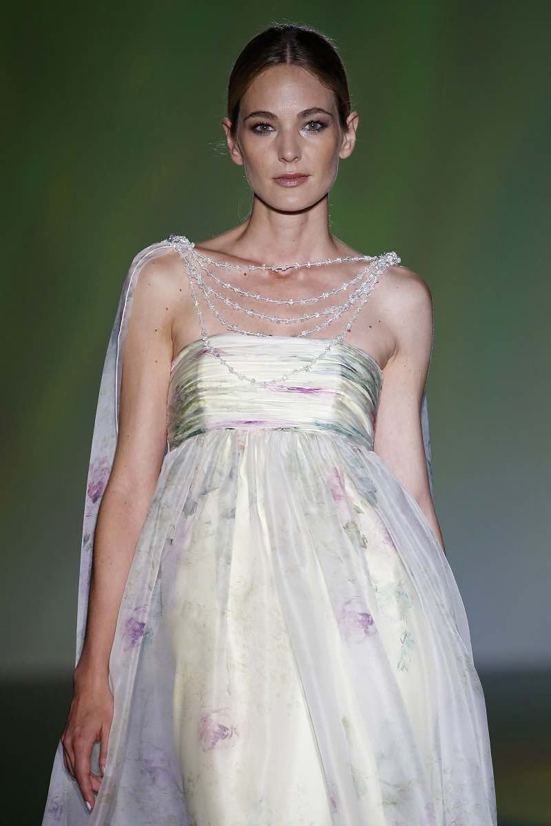 Isabel Zapardiez en el Barcelona Bridal Week presenta vestido para novias con romanticos detalles
