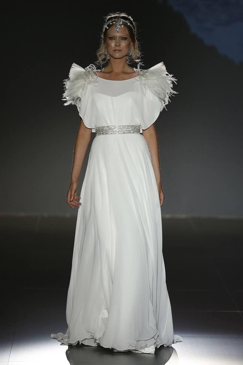 Jesus Peiro - Vestido de novia con detalle de plumas en las mangas para deleitar la vista