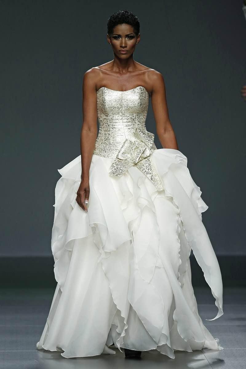 La colección se llama Euphoria y este vestido de novia de Jordi Dalmau es totalmente eufórico con su combinación de plateado y blanco