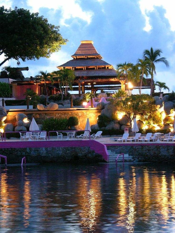 Los hoteles presentan gran variedad de estilos arquitectónicos. Las Brisas, Acapulco