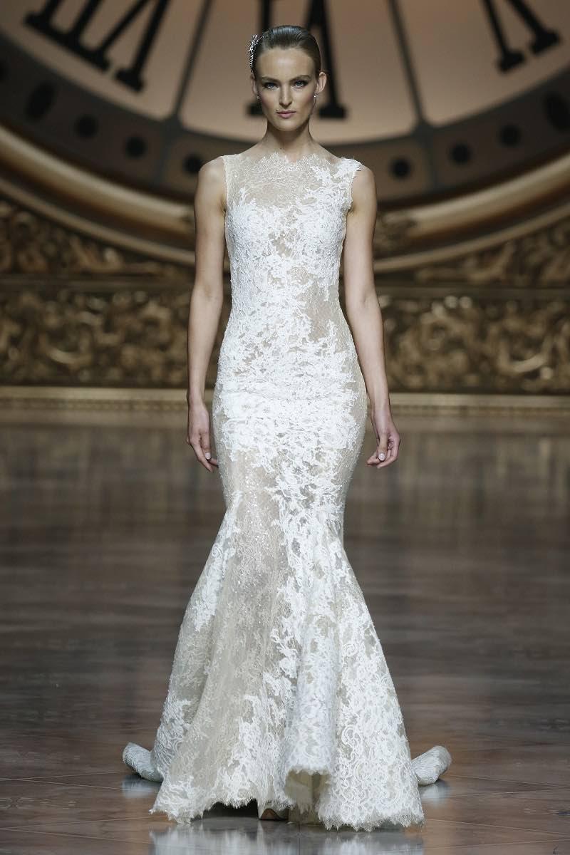 Magnifico vestido de novia con corte sirena transparencias y encaje de Pronovias 2016