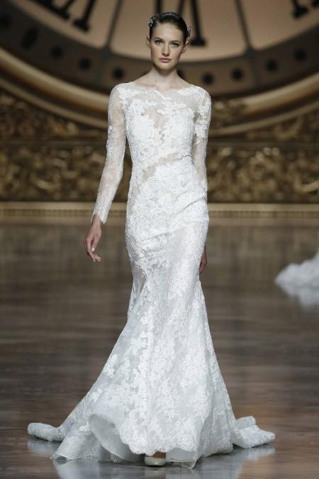 Pronovias 2016 - traje de novia ceñido al cuerpo con encaje y mangas largas