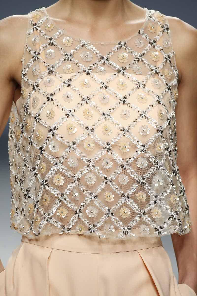 Quisimos mostrarte el siguiente detalle para que puedas apreciar el hermoso bordado de esta camiseta de Cristina Tamborero