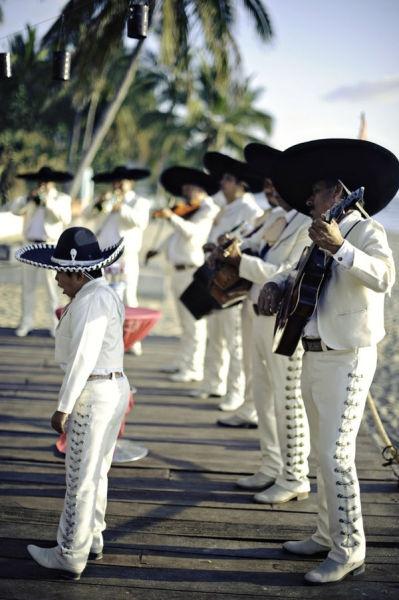 Tipicamente las canciones mexicanas de la boda son interpretados por una banda tradicional Mariachi