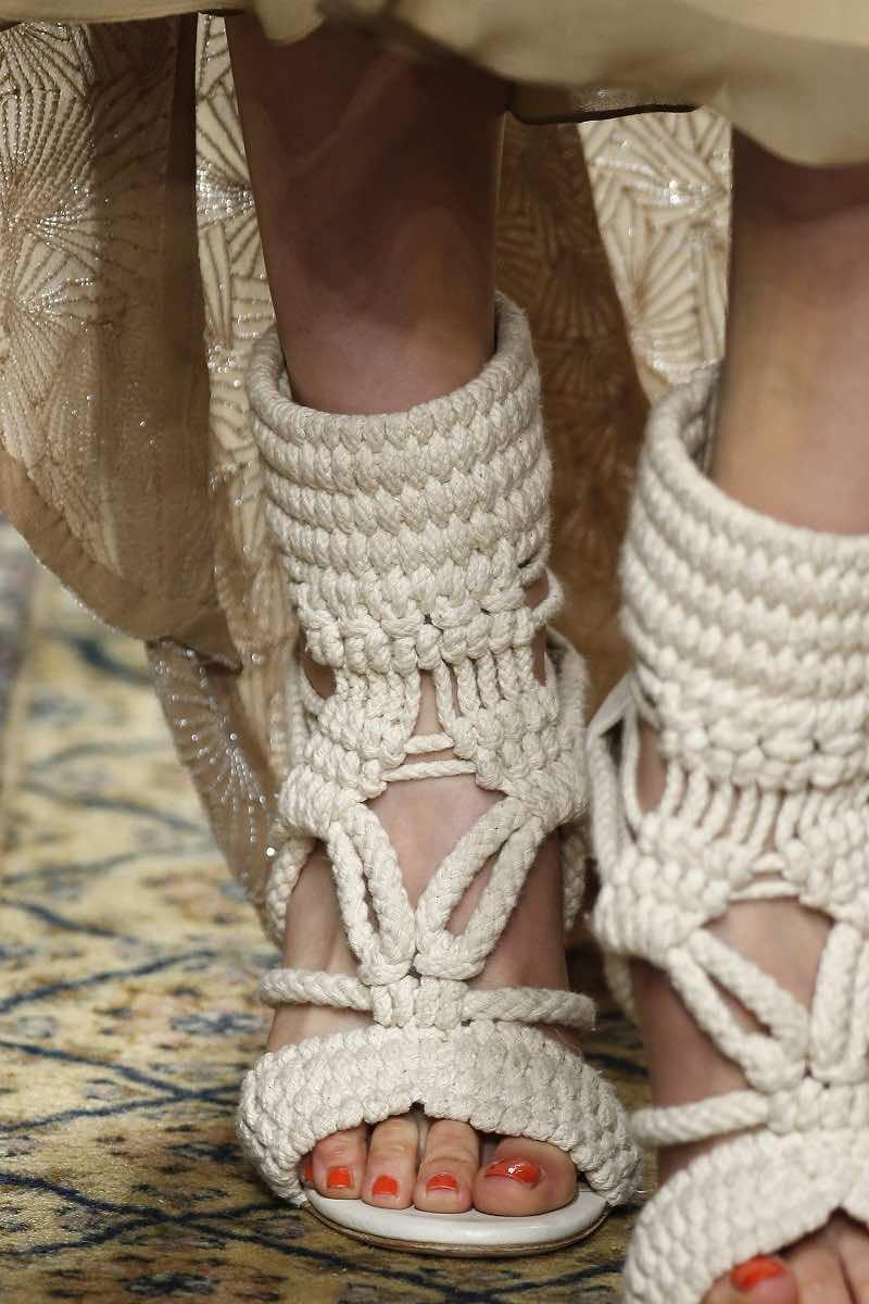 Toma un momento para detallar los zapatos de novia de Houghton en el Barcelona Bridal Week