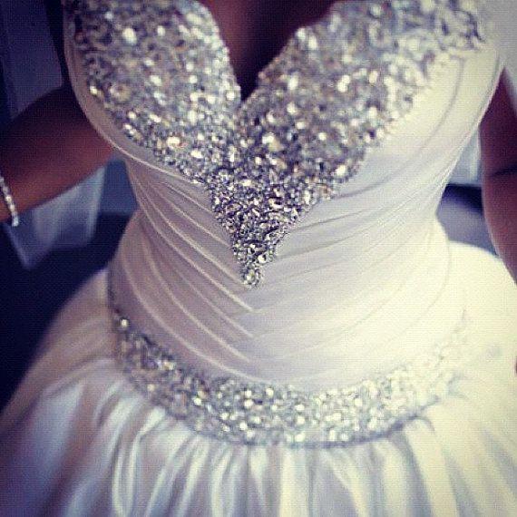 Traje para novias con escote y cintura bordados a mano de Esra Bridal