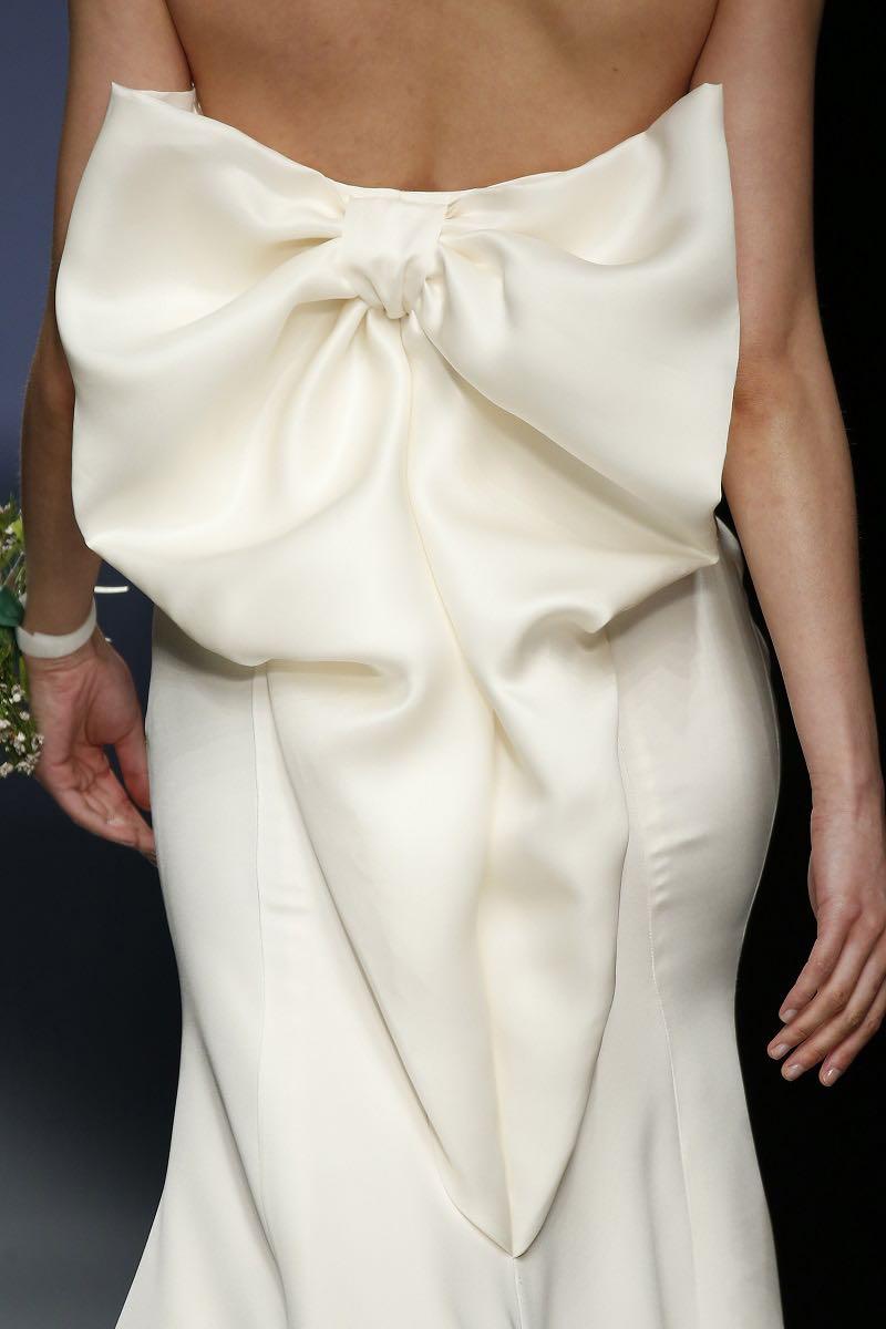 Un hermoso lazo engalanando la espalda - Cristina Tamborero - Barcelona Bridal Week