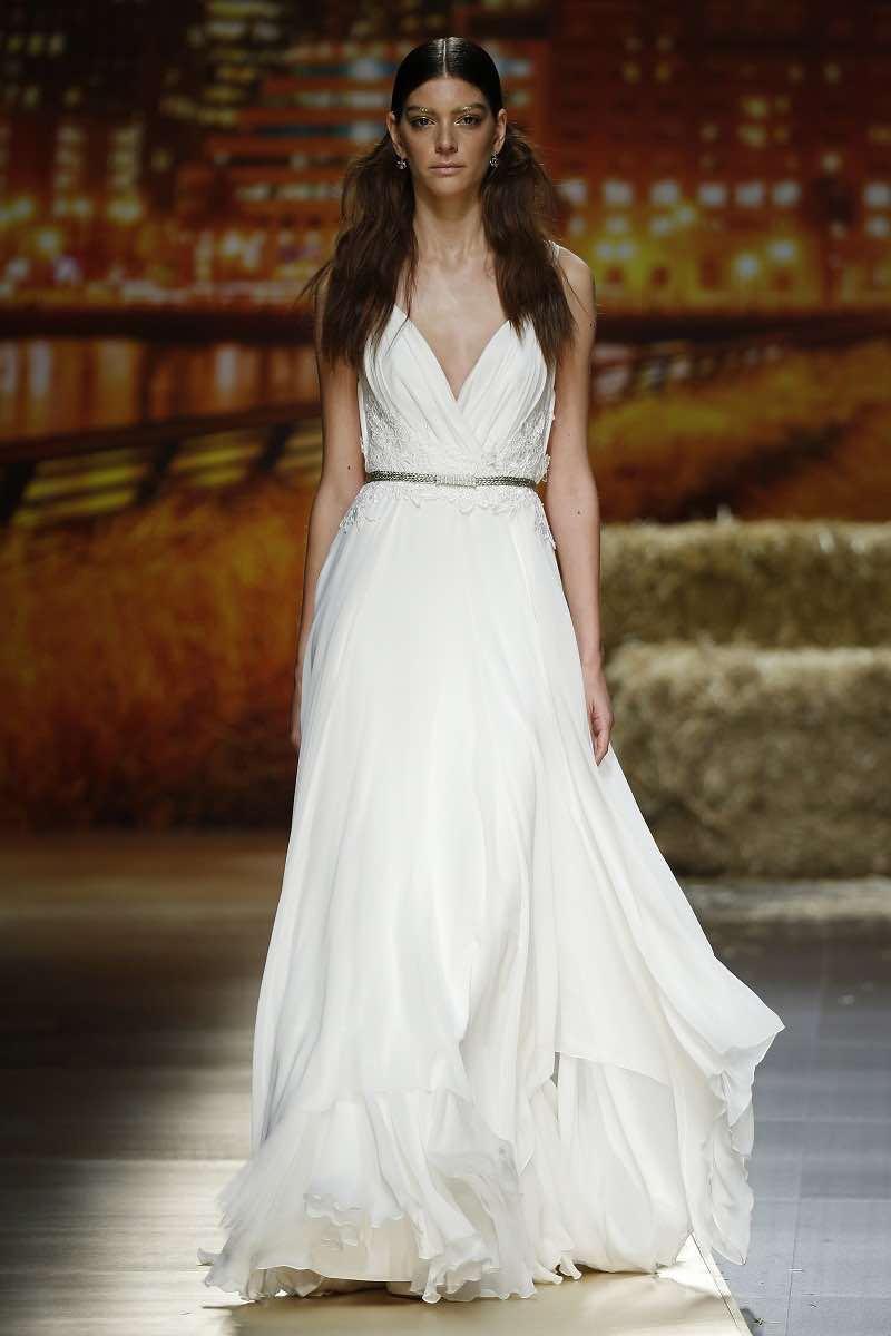 Vestido de novia suelto pero marcando la cintura de Inmaculada Garcia 2016