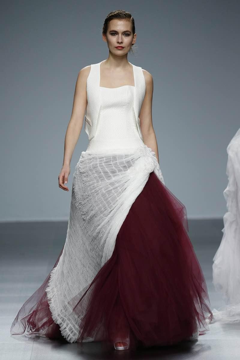 Vestido en blanco y marsala de Jordi Dalmau para el Barcelona Bridal Week 2015