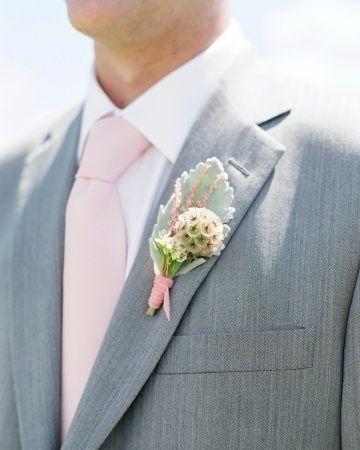 A no olvidarse de incorporar los colores de la boda en el traje del novio - weddingtonway.com