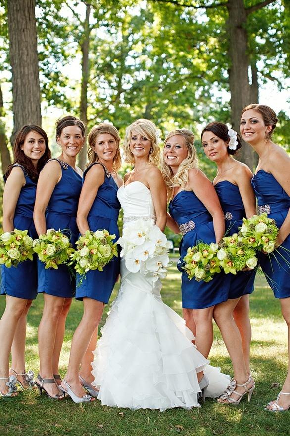 ¿Que opinas de una boda azul con verde en los ramos de flores de las damas de honor?