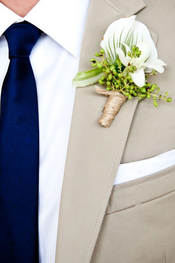 trajes de novio modernos en color caramelo para novios modernos ideales para bodas formales de