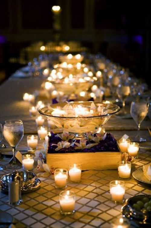 Centros de mesa con velas y toques de color para una romántica boda azul
