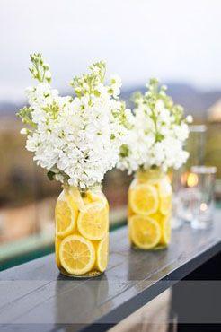 Medias naranjas en envases de vidrio y ramos blancos - centros de mesas con frutas faciles de hacer