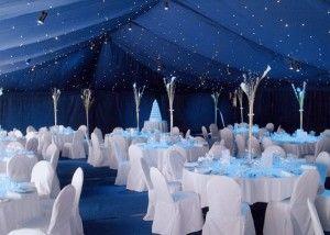 Intensa decoración de salón para boda en azul