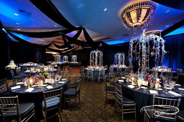 Decoración de salones de bodas en azul creadas con juego de iluminacion ¿No es sensacional?