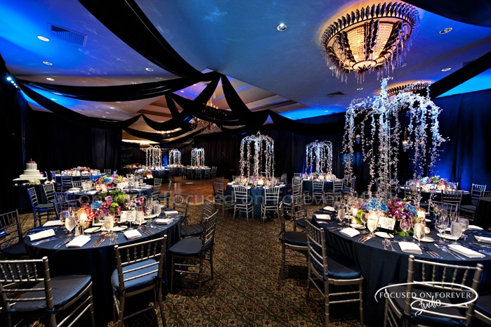 Una boda azul con combinaciones de colores alucinantes for Decoracion salon boda