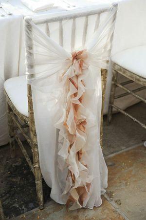 Otra manera de adornar el espaldar. Decoracion de sillas para bodas que puedes hacer tu misma