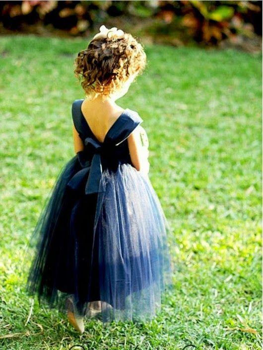 Flower girl con vestido en azul marino. Una boda azul en cada detalle