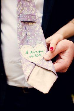 ¿Que te parece esta idea? Los accesorios de novio, al igual que los de la novia, pueden ser personalizados para mantener vivo el recuerdo de tan importante día. Foto de bridalsnob.tumblr.com