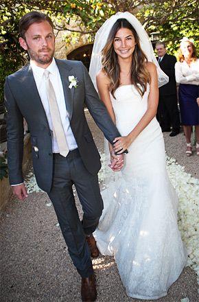 El traje de novio, los accesorios y la felicidad son elementos clave para el día de la boda. | La boda de Lily Aldridge foto de usmagazine.com