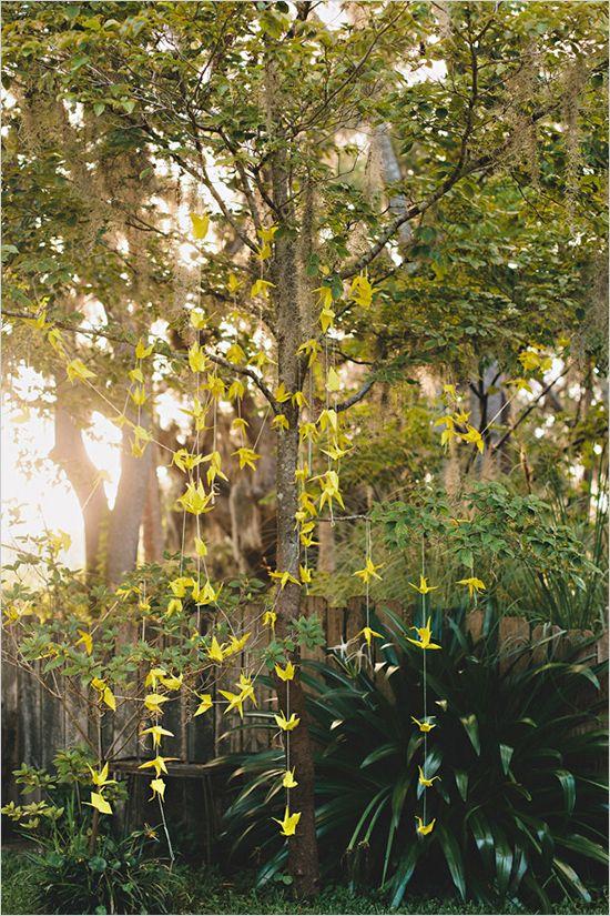 Parecen hadas invadiendo el jardín - Foto cortesia de weddingchicks.com - manualidades originales para bodas grullas de papel paso a paso