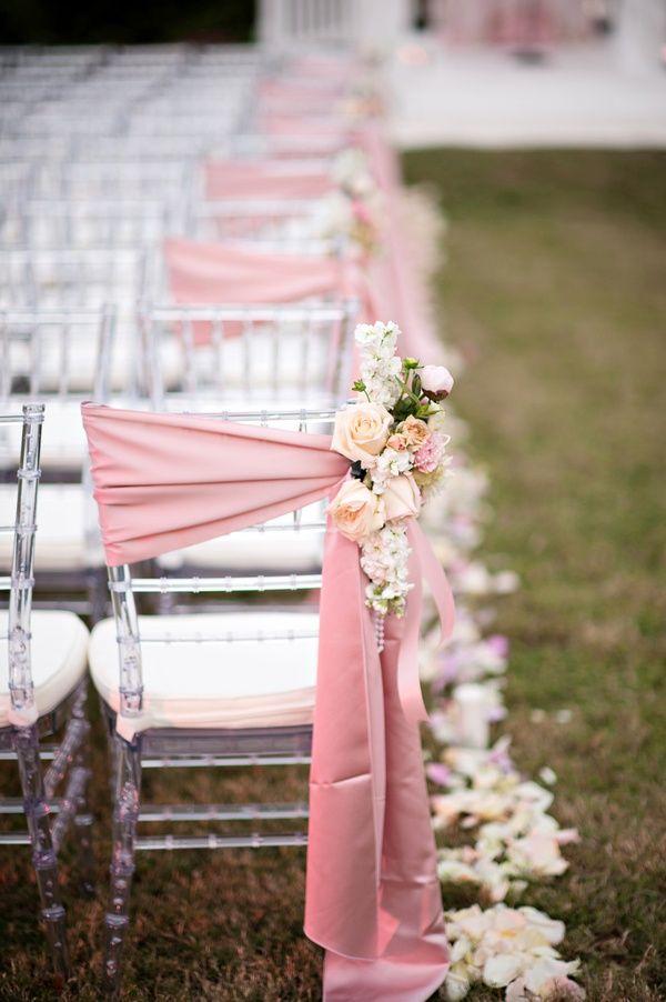 simple y elegante manualidad para boda decoracion de sillas con tela y arreglo floral