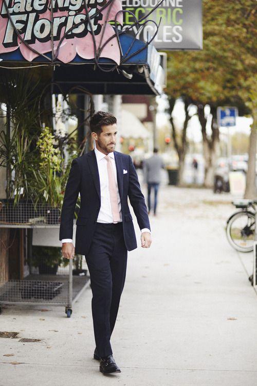 Combinando con la novia tanto el pañuelo como la corbata color rosado, los trajes de novio modernos resultan, a toda vista, muy especiales.