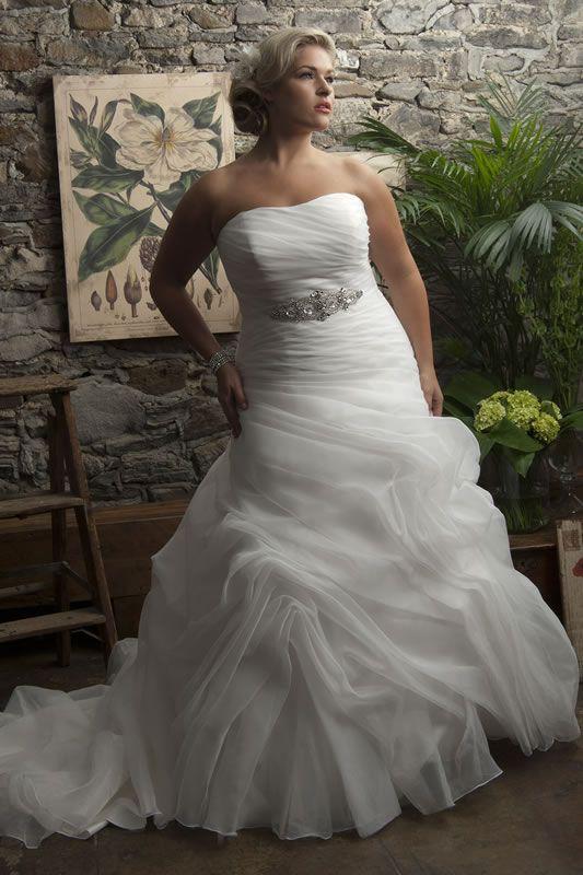 Elegantes trajes de novia para gorditas con falda ancha y escote palabra de honor - Foto cortesia: onewed.com