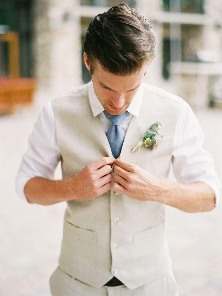 Trajes de novio modernos en colores claros
