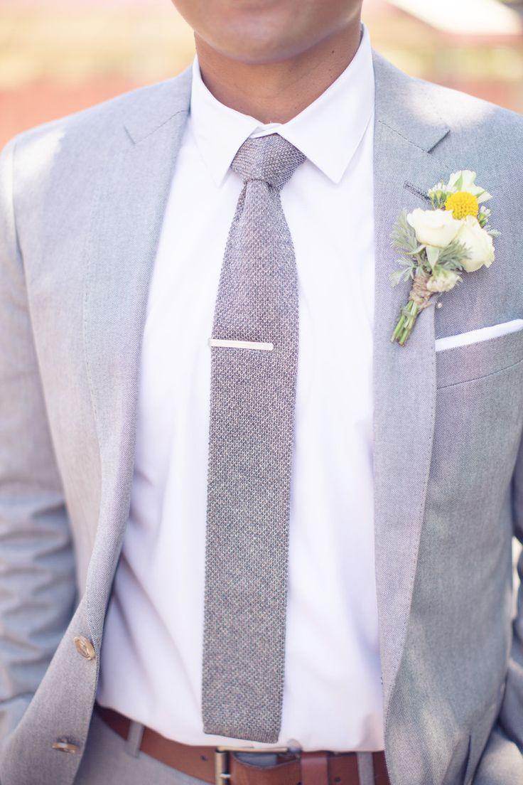 Elegante traje de novio.Fotografía: thisloveofyours.com