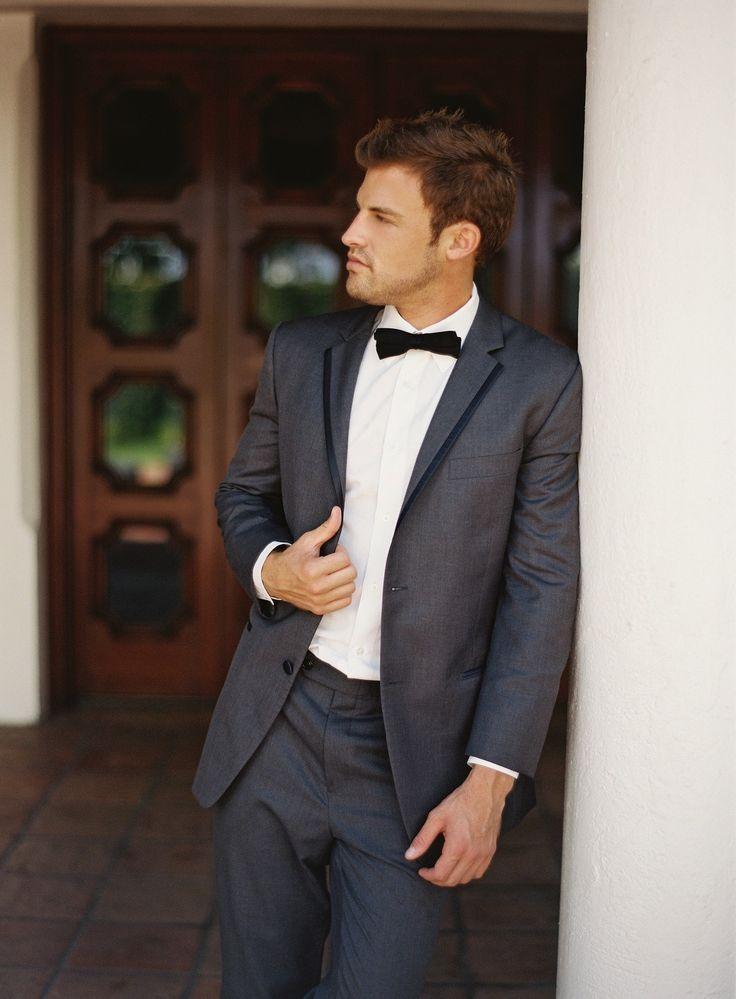 Los trajes de novios modernos color gris son los más flexibles.