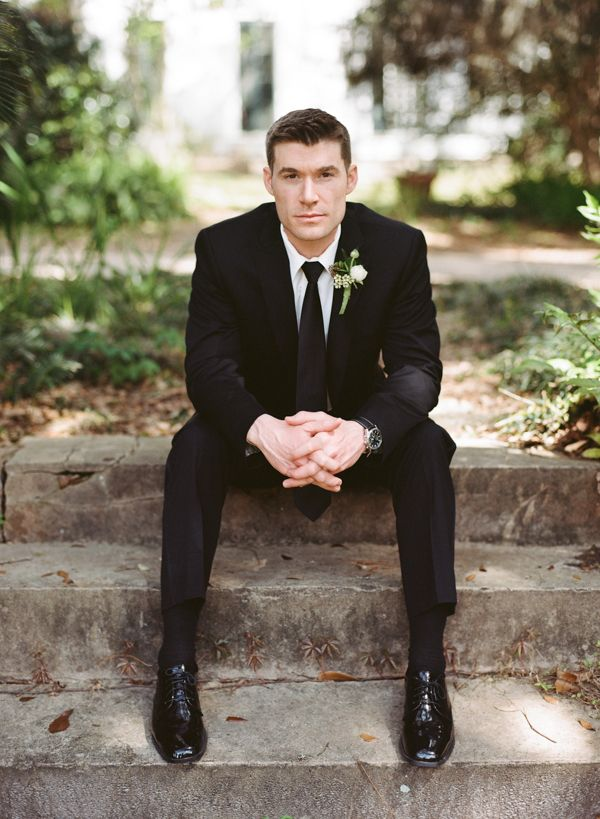 Los trajes de novio modernos para bodas menos formales abandonan la clásica idea de usar chaleco. Foto de weddingchicks.com