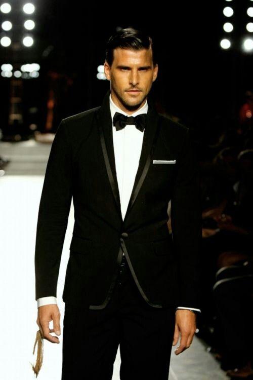 Trajes para novios modernos con un look clasico . Foto de ellaparkbridal.com