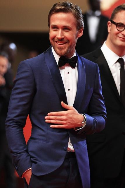 Los trajes para novios en azul eléctrico y sin chaleco de Ryan Gosling mantienen su formalidad para eventos nocturnos. (swoon!)