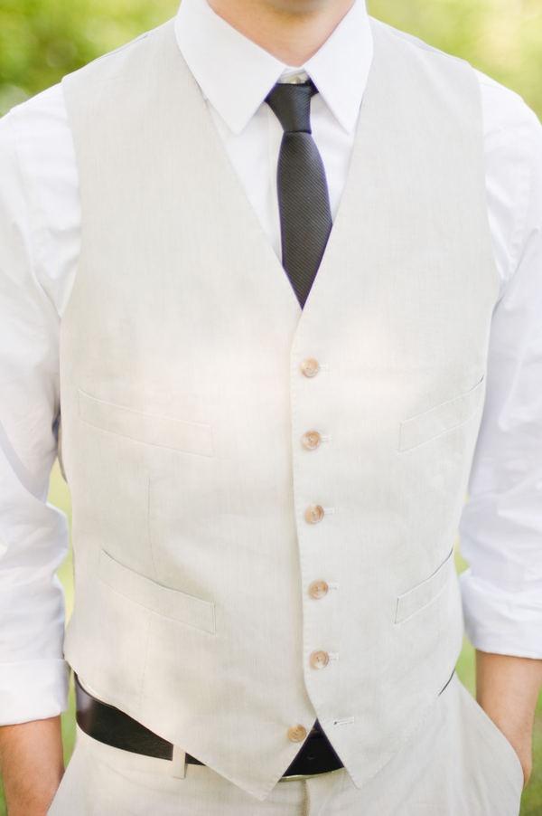 Un atuendo perfecto para el novio para una boda de día