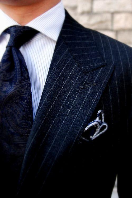 Un perfecto azul para el traje de novio. Aún así, si el novio lo desea, puede combinar el pañuelo con los colores de la novia, pudiendo así, prescindir de la flor en la solapa del traje. Foto: theultralinx.com