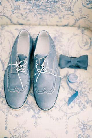 Zapatos y moño para boda de jardín de Burnettsboards.com, ideales para combinar con trajes para novios modernos. Fotografia de Anastasiya Belik