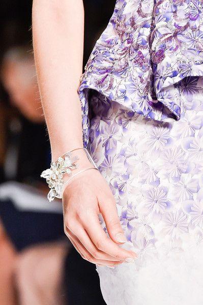 Accesorios para novias de Badgley Mischka 2015: un toque de transparencia