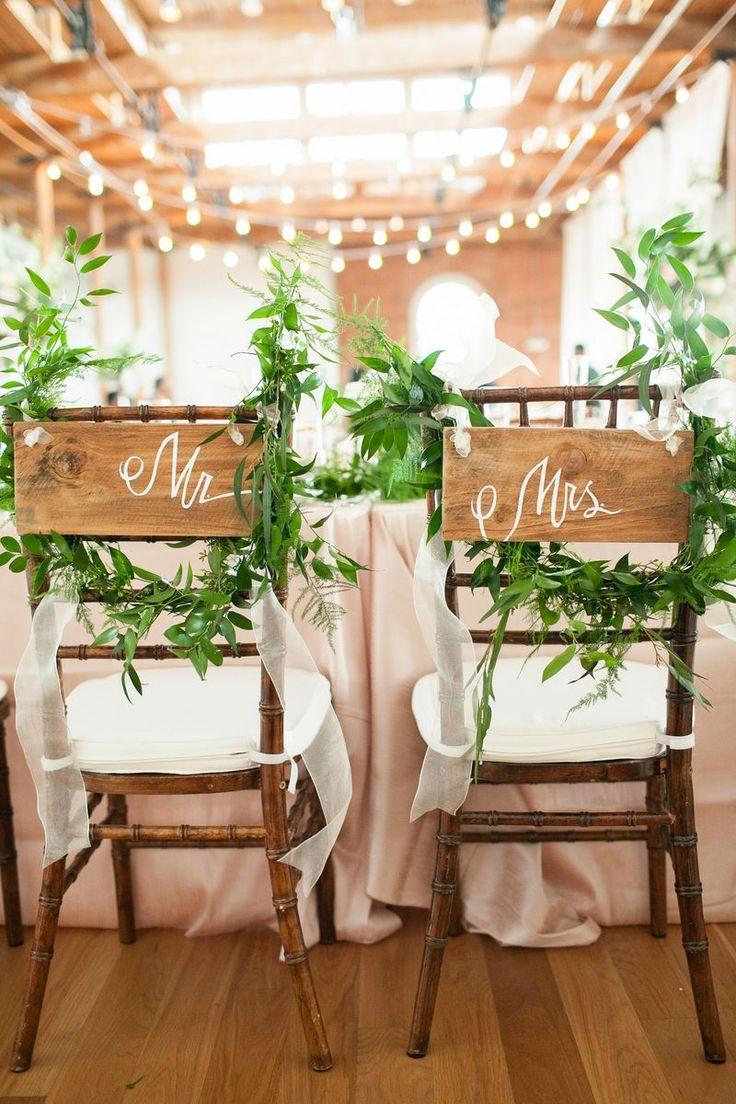 Carteles pintados a mano para Mr y Mrs para una reception estilo industrial con mucho crema marfil y blanco con toques de verde
