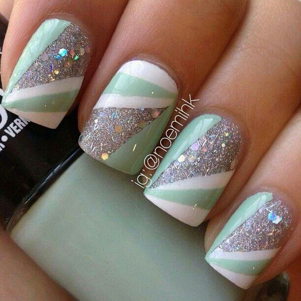 Diseño de uñas en dos colores con rayas y brillo