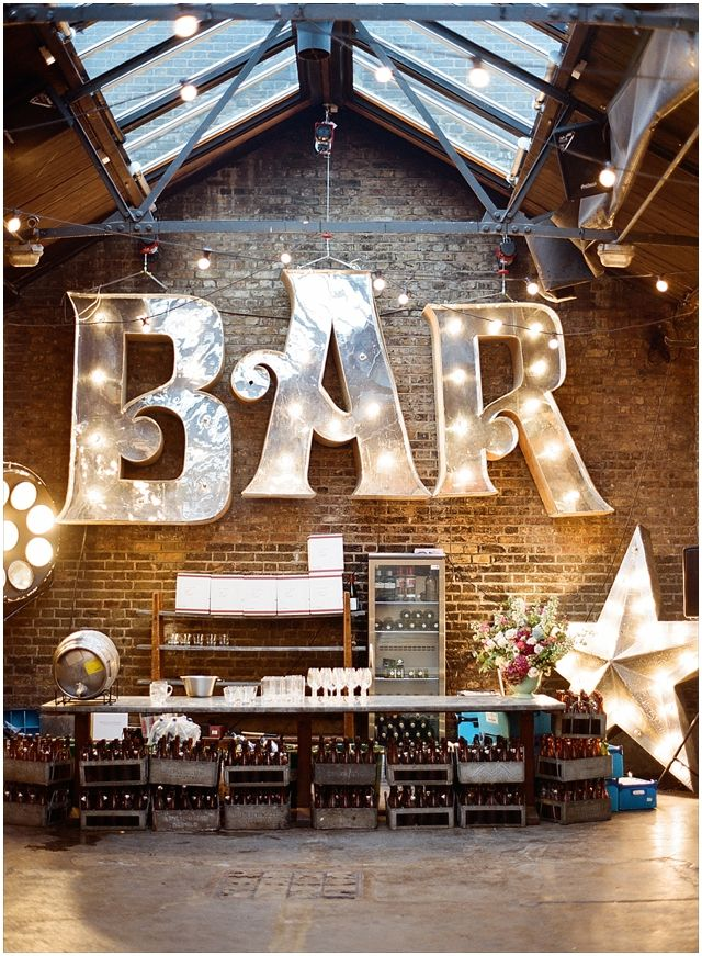 Elegante bar para boda urbana e industrial en una bodega en Londres - Foto: Aneta Mak