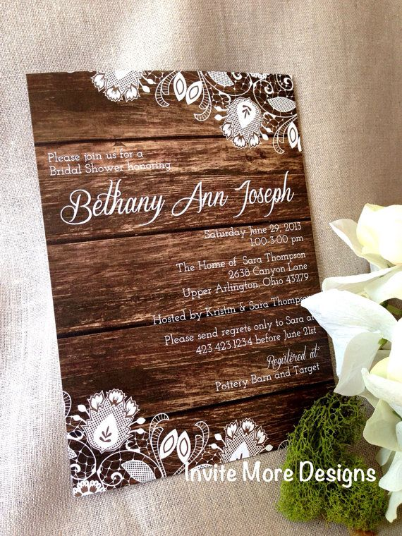 Esta invitación de boda estilo shabby chic en madera es super moderna y original.