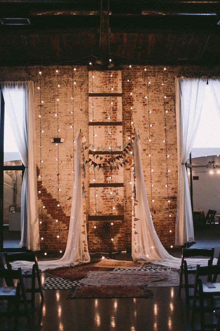 Increíblemente mágico y cool escenario e iluminación para una boda estilo industrial