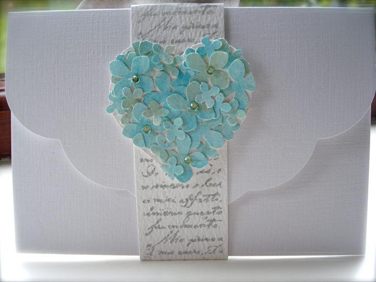Invitación para una boda rústica, sencilla de hacer. Corta una cinta y escribe a lo largo de ella cosas de amor, luego aplícala alrededor del sobre y, finalmente, agrega un detalle al tono de tu boda.
