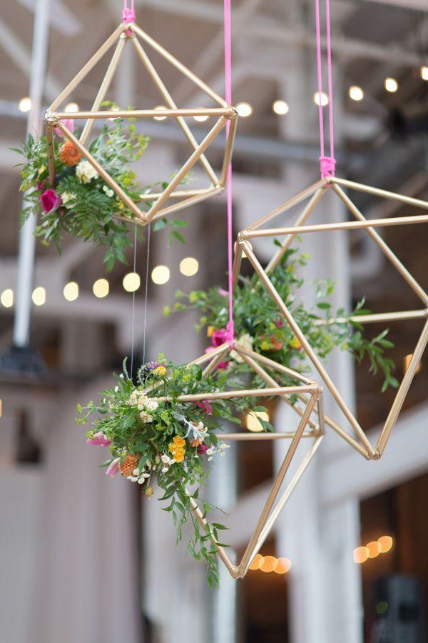 Las bodas industriales marcan tendencia en el 2016 con detalles colgantes sobre las mesas.