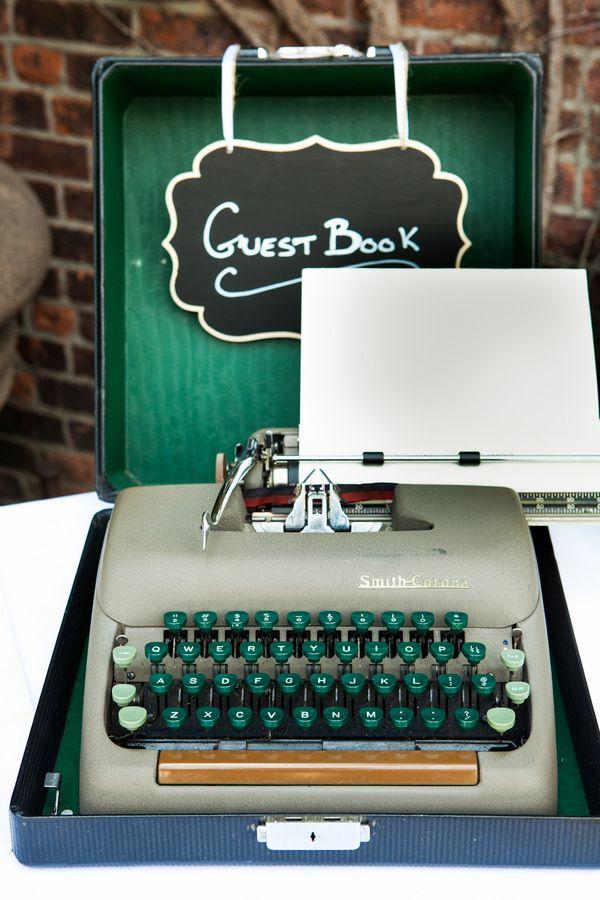 Deja tu recuerdo para los novios old school way. Máquina de escribir vintage perfecta para un libro de firma de invitados en esta boda industrial.